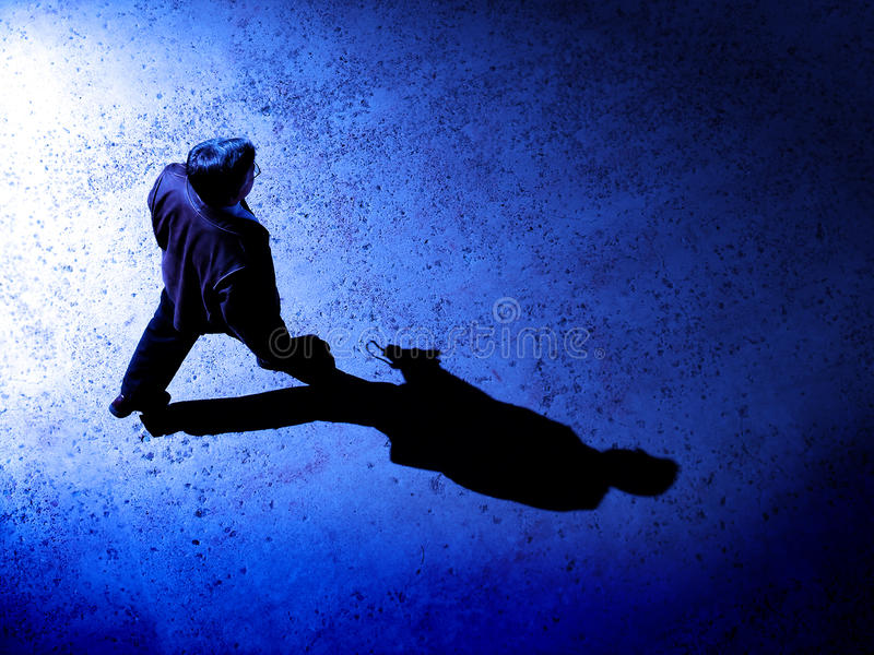 Homem sozinho na noite na rua foto de stock royalty free