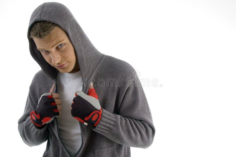 Homem Sportive que levanta com revestimento da capa foto de stock