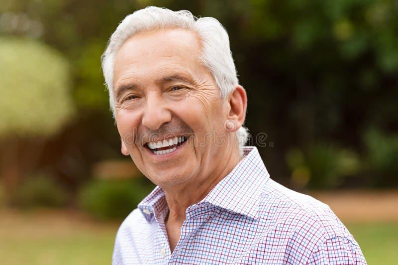 Homem superior aposentado de sorriso imagens de stock royalty free