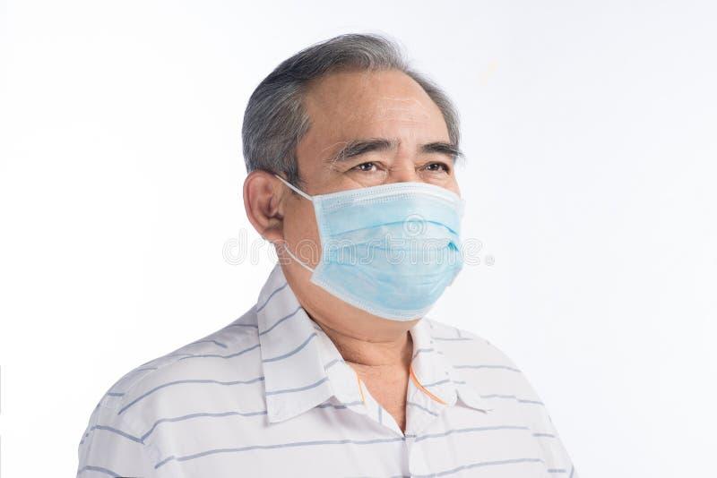 Homem superior asiático com a máscara protetora isolada no branco imagem de stock royalty free