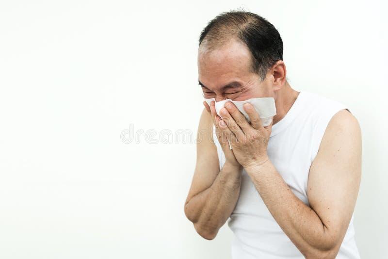 Homem superior asiático que espirra com tecido Doença, alergia, doença imagens de stock royalty free