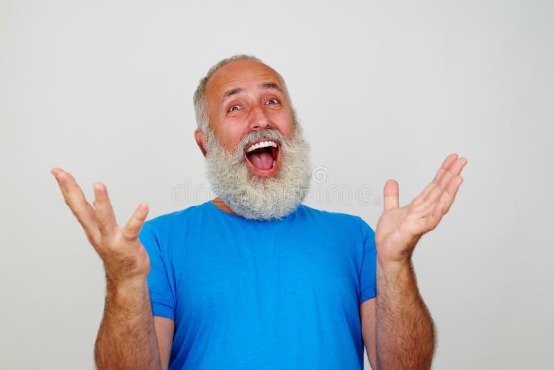 homem superior Branco-farpado que levanta na câmera que gesticula o happine imagens de stock