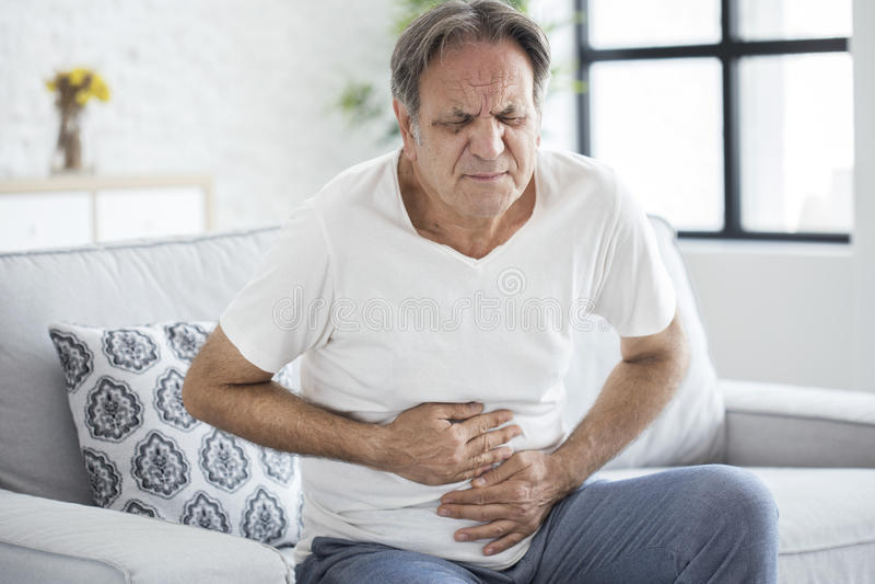 Homem superior com dor de estômago fotos de stock