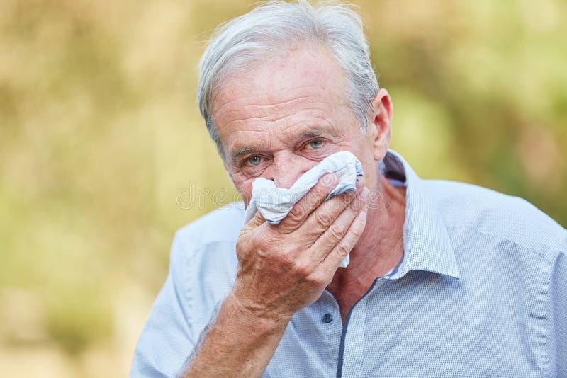 Homem superior com febre de feno fotografia de stock