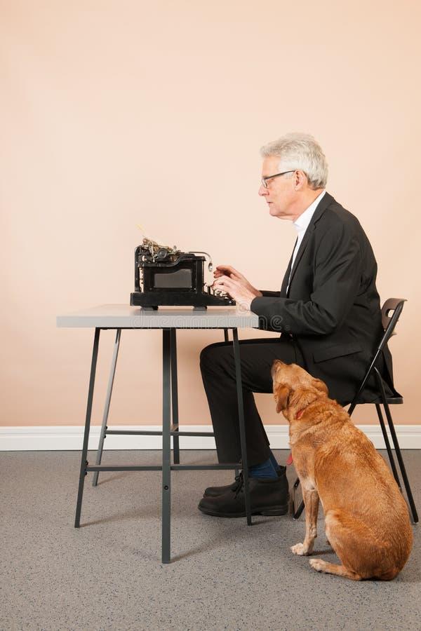 Homem superior com máquina de escrever antiga imagens de stock