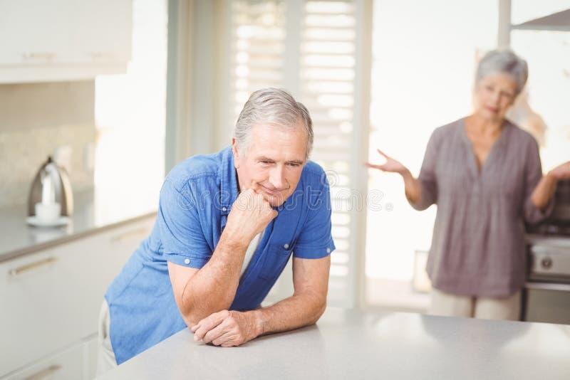 Homem superior com a mulher que discute no fundo imagens de stock royalty free