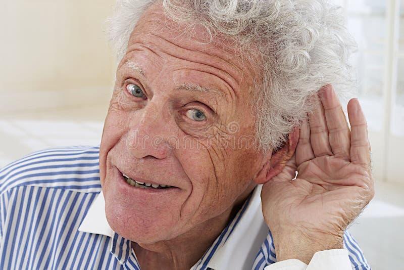 Homem superior com problema da audição fotos de stock royalty free