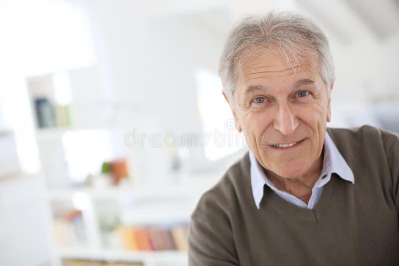 Homem superior considerável em casa imagens de stock