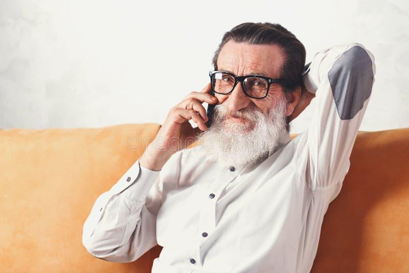 Homem superior considerável que conversa em um telefone celular imagens de stock