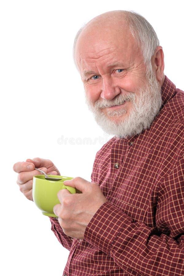 Homem superior de Cheerfull com o copo verde, isolado no branco foto de stock royalty free