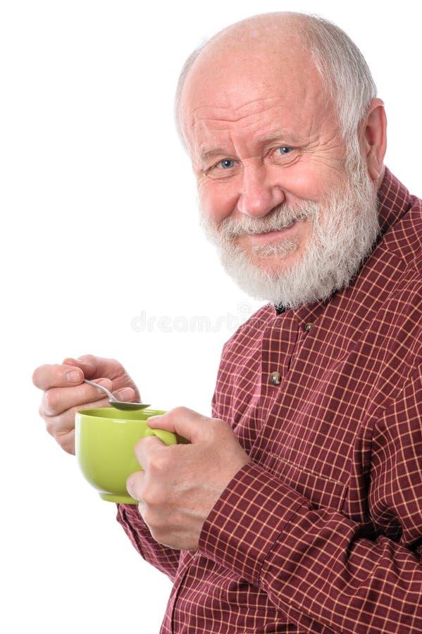 Homem superior de Cheerfull com o copo verde, isolado no branco foto de stock