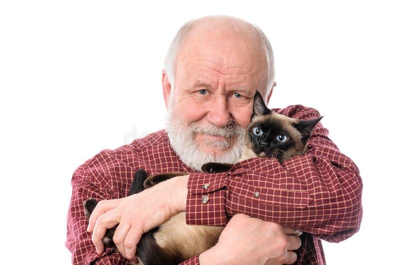 Homem superior de Cheerfull com o gato isolado no branco fotos de stock
