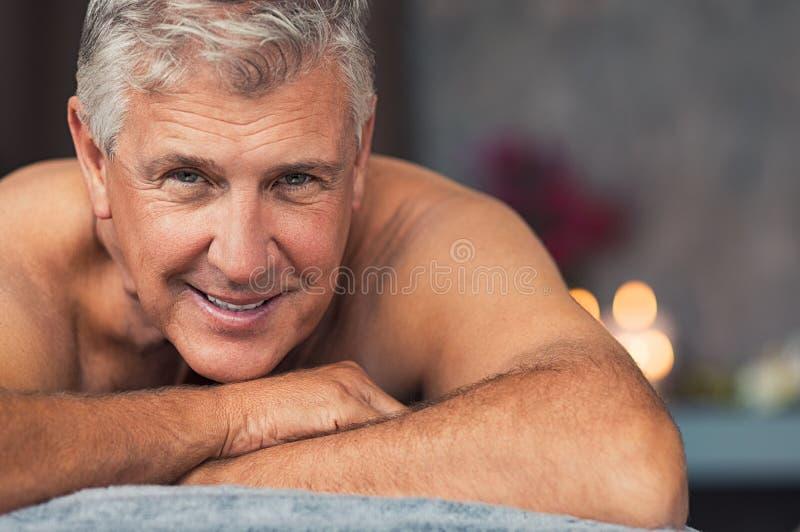 Homem superior de sorriso em termas fotografia de stock