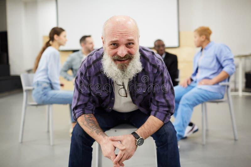 Homem superior de sorriso na sessão de terapia fotos de stock
