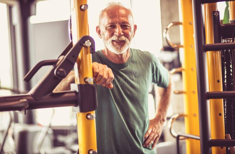 Homem superior de sorriso no gym fotos de stock royalty free