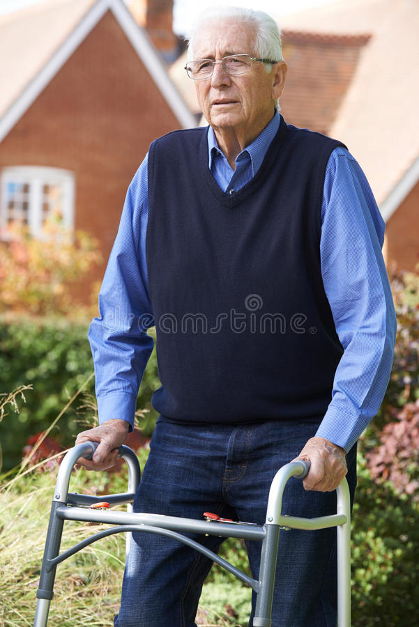 Homem superior deprimido que usa o quadro de passeio fora fotos de stock royalty free