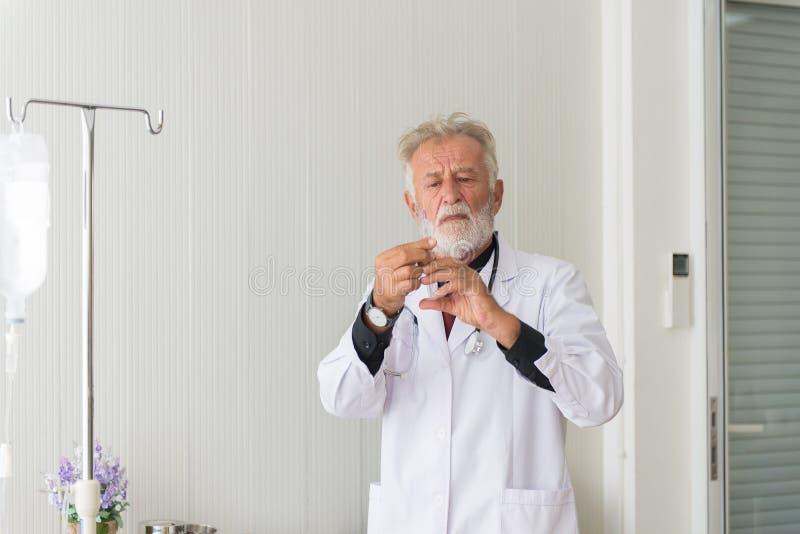 Homem superior do doutor para preparar a doação da vacina com injeção ou da seringa ao paciente assustado no hospital foto de stock royalty free