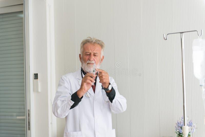 Homem superior do doutor para preparar a doa??o da vacina com inje??o ou da seringa ao paciente assustado no hospital imagens de stock royalty free