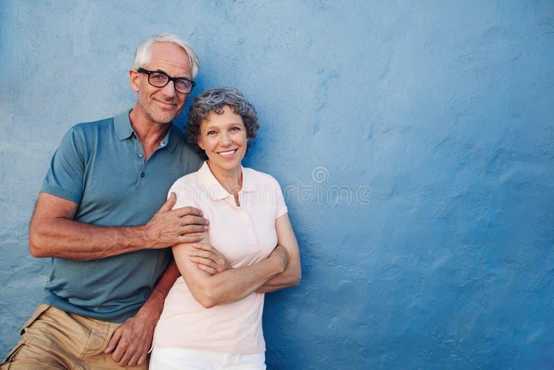 Homem superior e mulher felizes junto imagem de stock