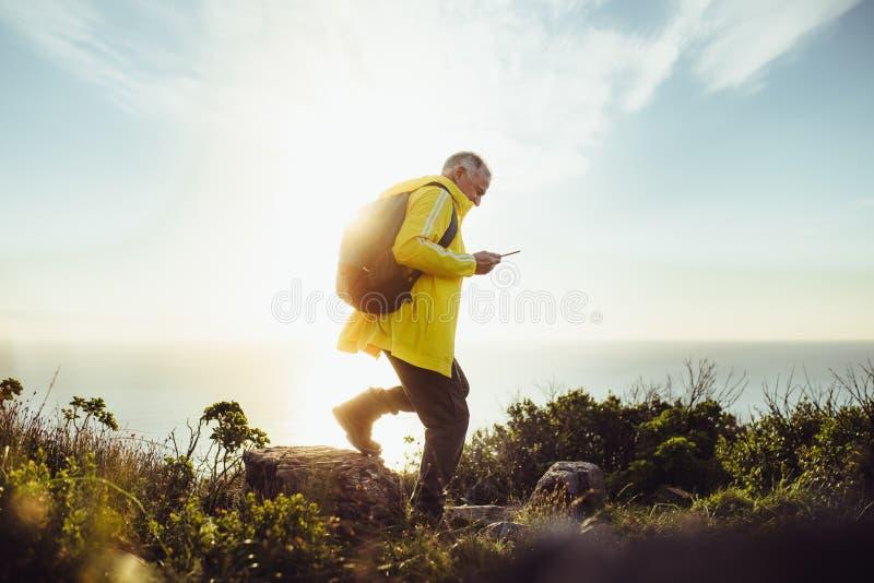 Homem superior em uma viagem de caminhada aventurosa fotos de stock