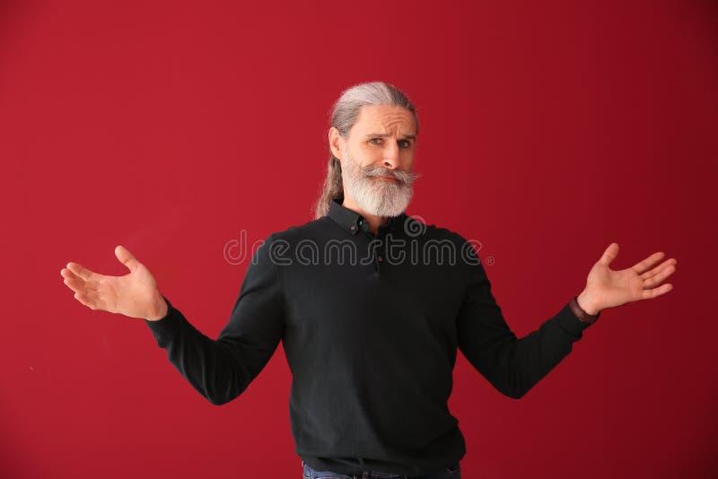Homem superior emocional após ter feito o erro no fundo da cor imagem de stock royalty free
