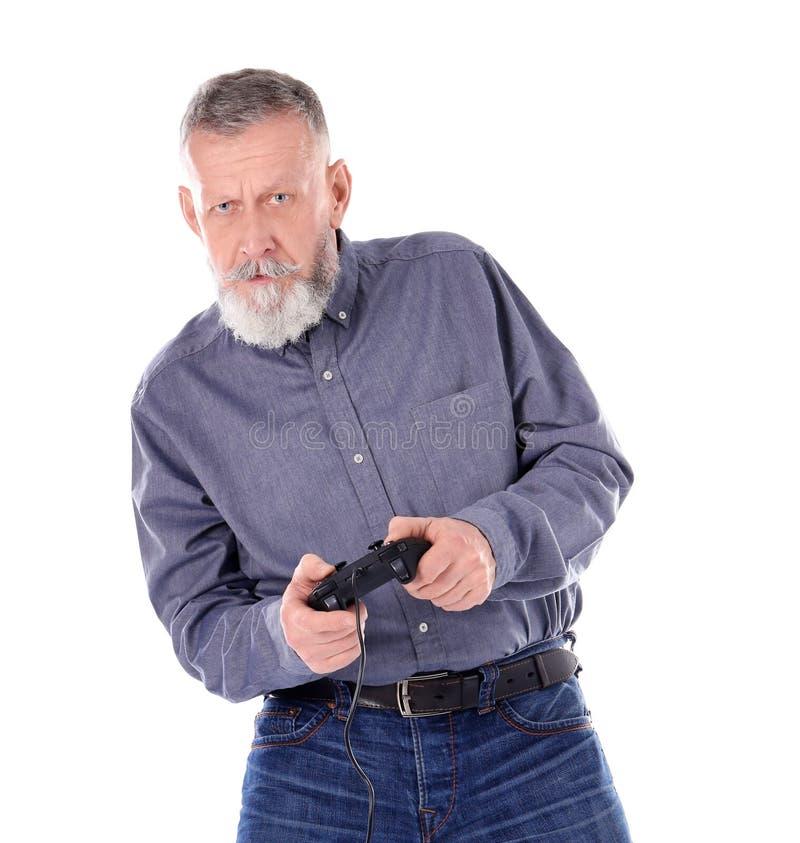 Homem superior emocional que joga o jogo de vídeo foto de stock royalty free