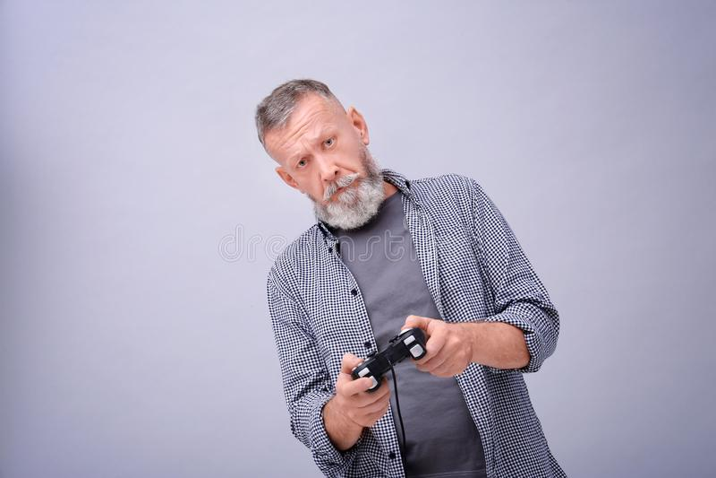 Homem superior emocional que joga o jogo de vídeo fotos de stock royalty free