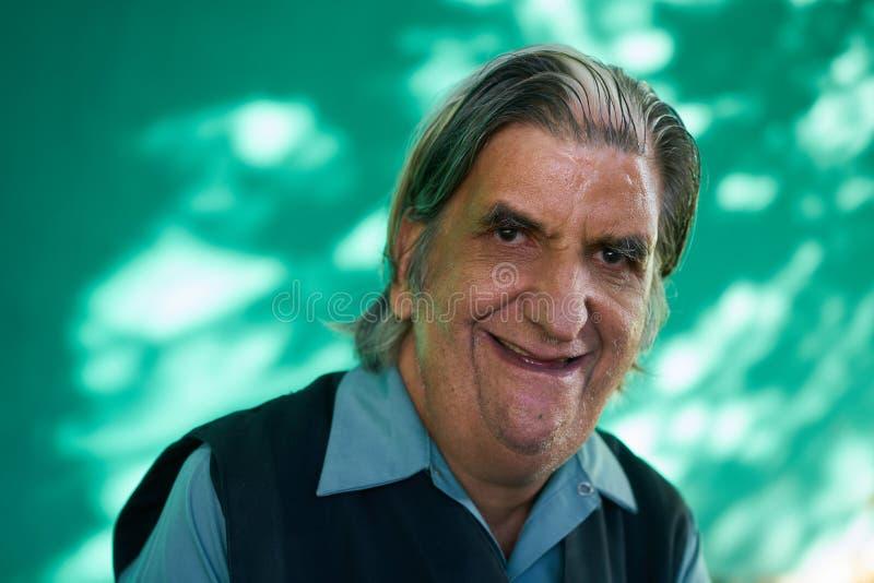 Homem superior engraçado do retrato real dos povos que ri da câmera imagens de stock