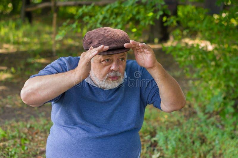 Homem superior farpado que olha na distância fotografia de stock royalty free