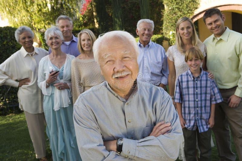 Homem superior feliz com as mãos dobradas fotos de stock royalty free