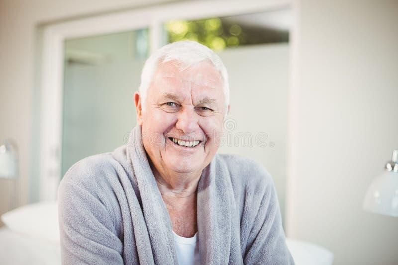 Homem superior feliz em casa imagem de stock royalty free