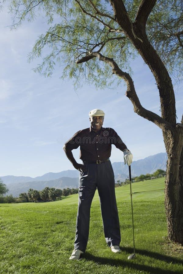 Homem superior feliz no campo de golfe fotos de stock