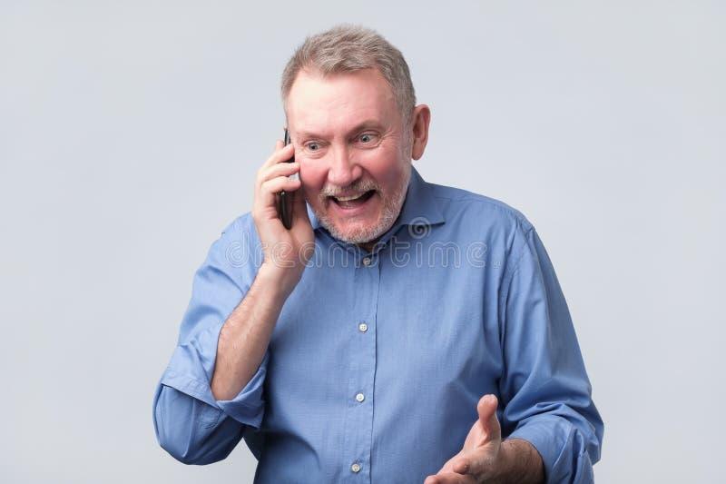 Homem superior feliz que fala no telefone fotos de stock royalty free