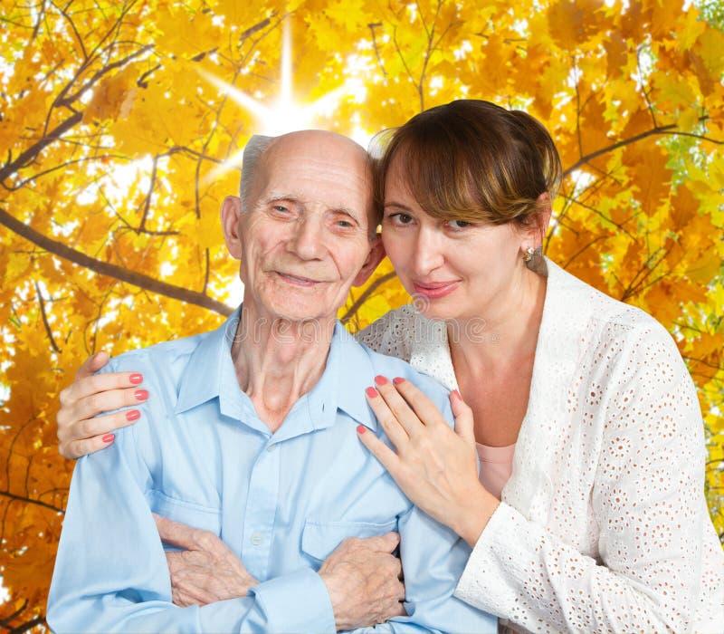 Homem superior, mulher com seu cuidador em casa. foto de stock royalty free
