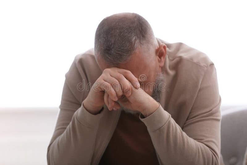 Homem superior no estado de depressão imagens de stock royalty free