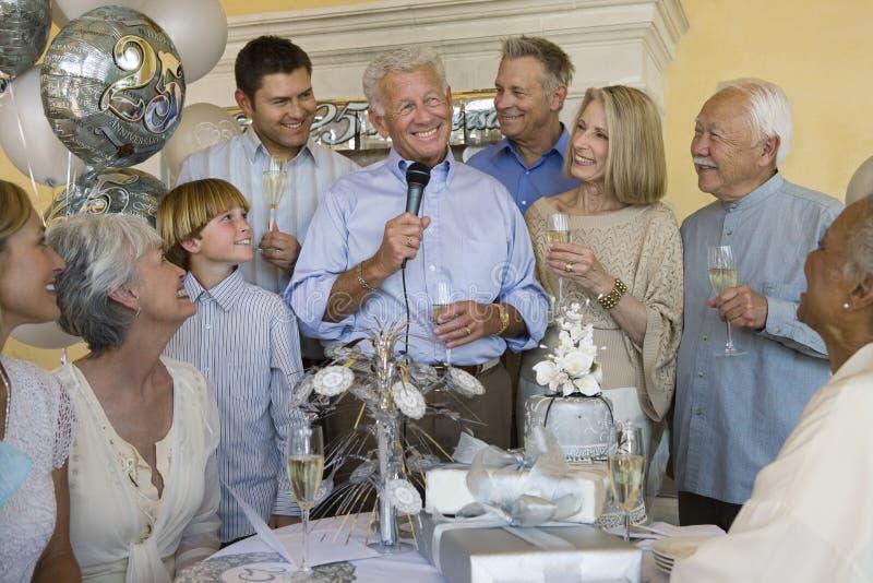 Homem superior que comemora a aposentadoria com família e amigos foto de stock royalty free