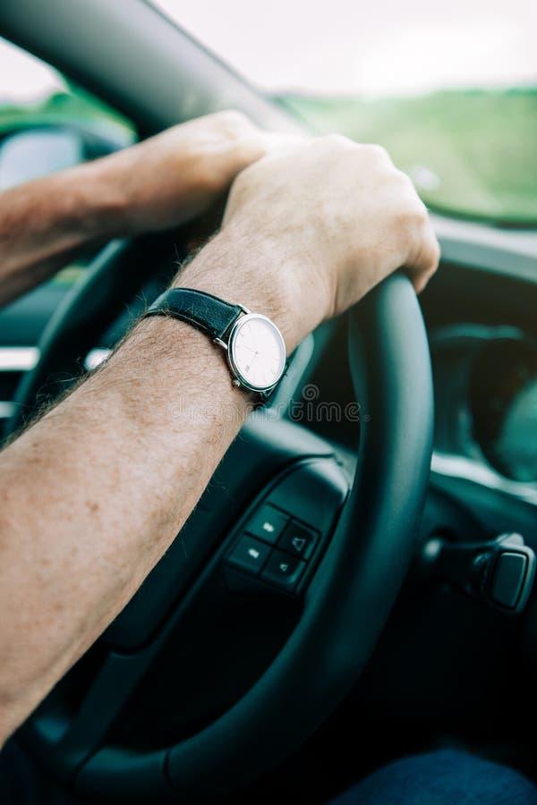 Homem superior que conduz a vista lateral automobilístico imagens de stock royalty free