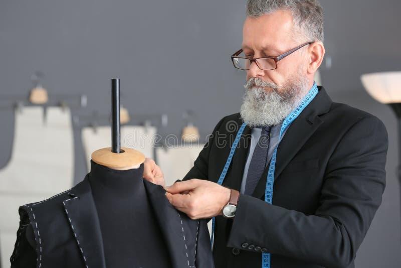 Homem superior que costura o terno formal fotos de stock