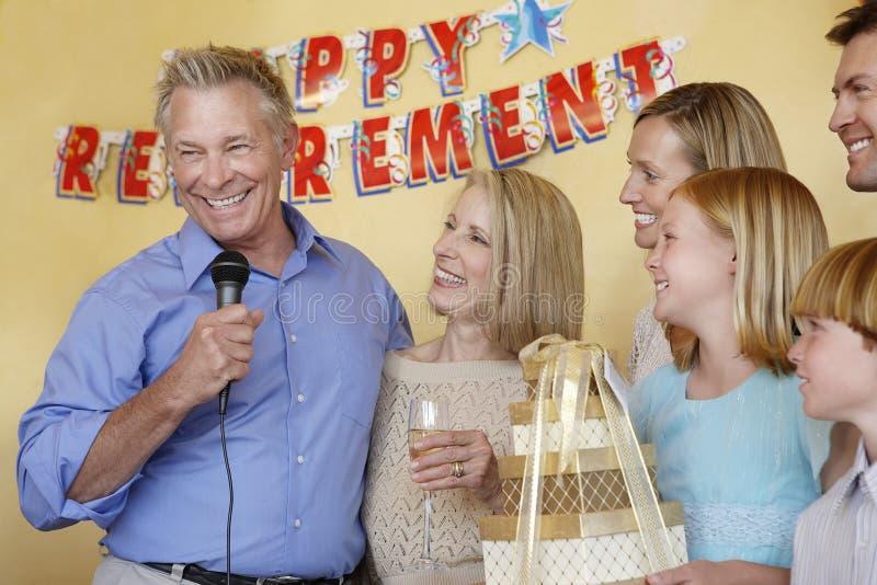 Homem superior que dá o discurso no partido de aposentadoria fotografia de stock royalty free