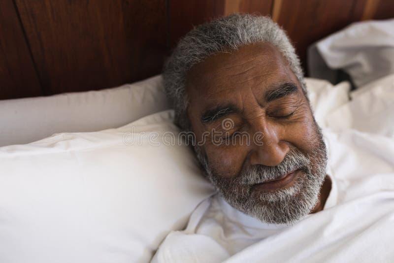 Homem superior que dorme no quarto em casa foto de stock royalty free