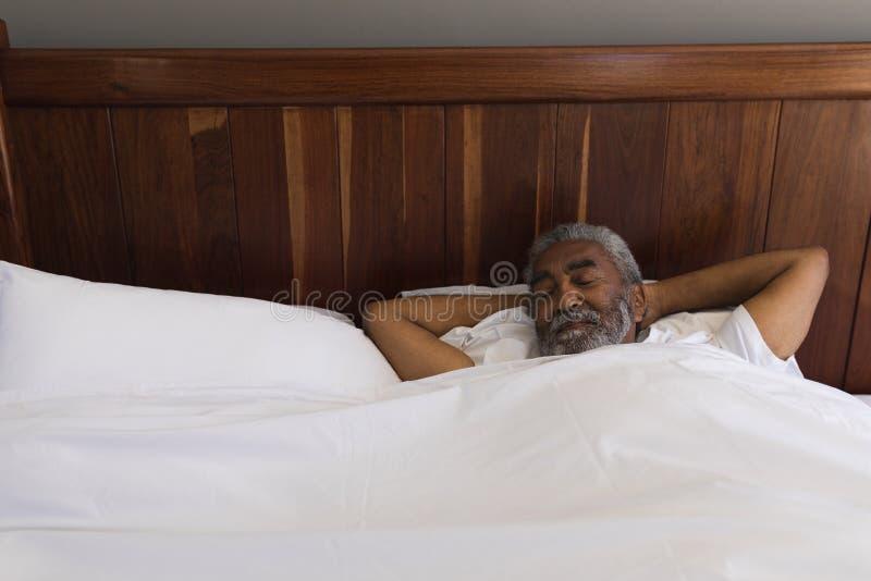 Homem superior que dorme no quarto em casa fotografia de stock