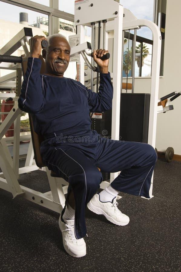 Homem superior que exercita no Gym fotos de stock