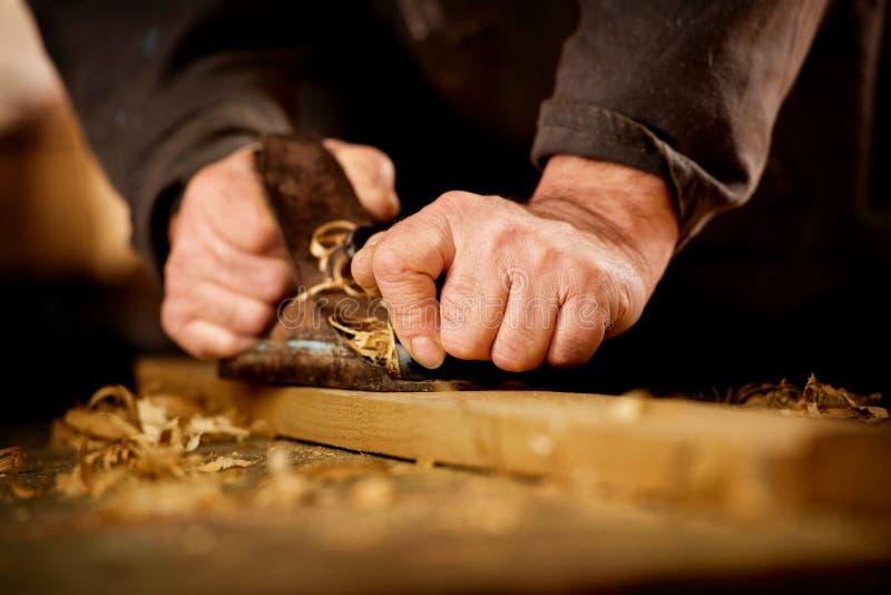 Homem superior que faz o woodworking foto de stock