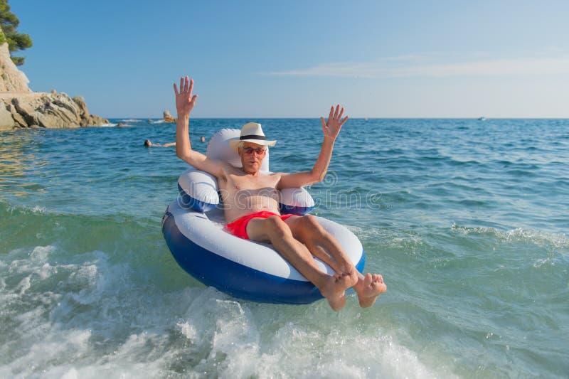 Homem superior que flutua no mar fotos de stock royalty free