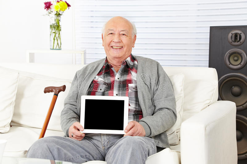 Homem superior que guarda o tablet pc fotografia de stock royalty free