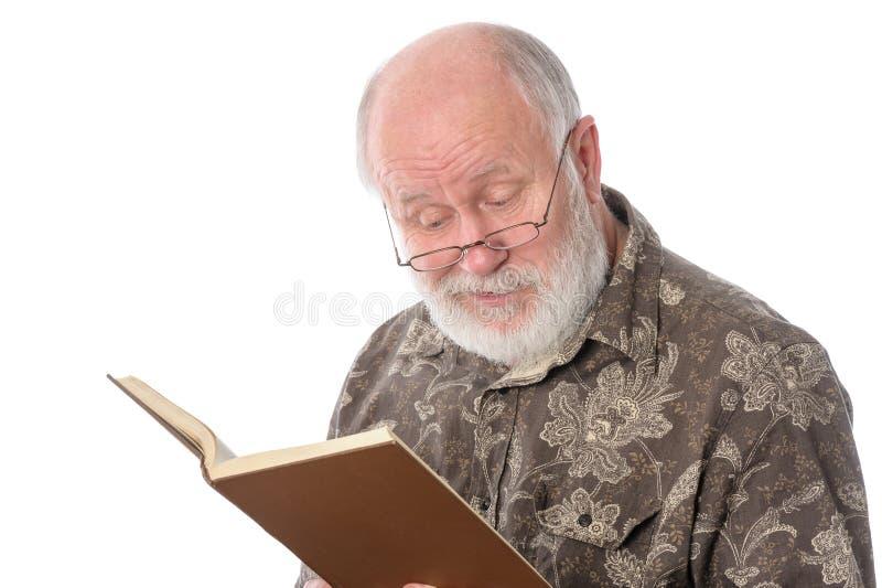 Homem superior que lê um livro, isolado no branco imagens de stock