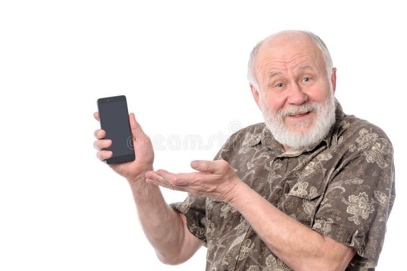 Homem superior que mostra algo na tela do smartphone, isolada no branco fotos de stock