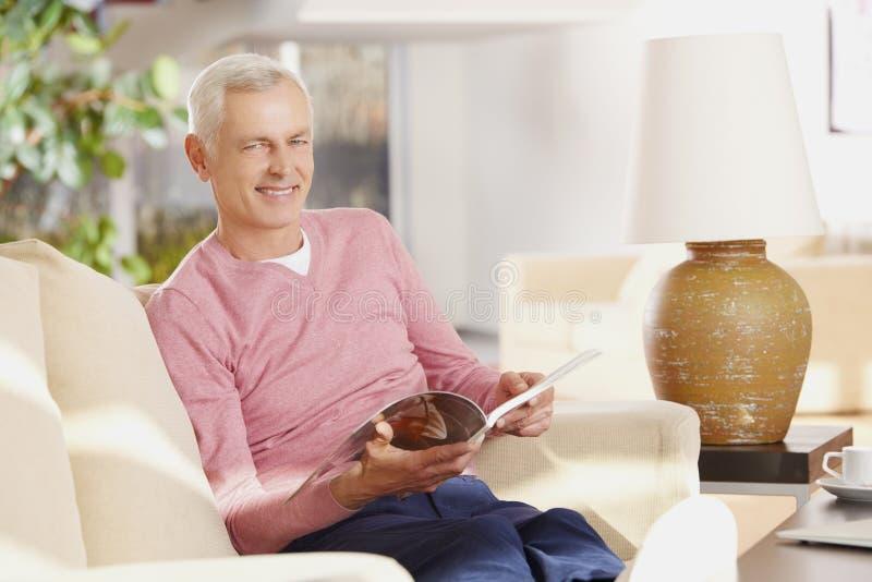 Homem superior que refrigera em casa imagens de stock royalty free