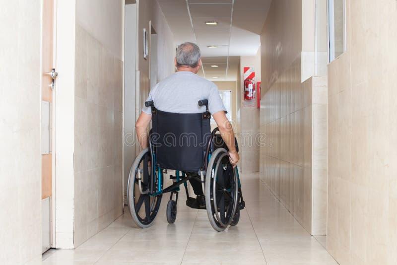 Homem superior que senta-se em uma cadeira de rodas fotos de stock royalty free