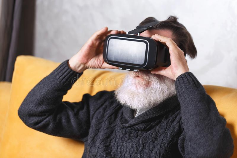 Homem superior que usa óculos de proteção de VR fotografia de stock royalty free